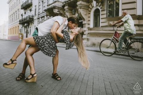 embrasser dans la rue Odessa Deribasovskaya - Photographie de fiançailles