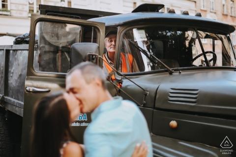 Le éboueur regarde - Photographie de fiançailles