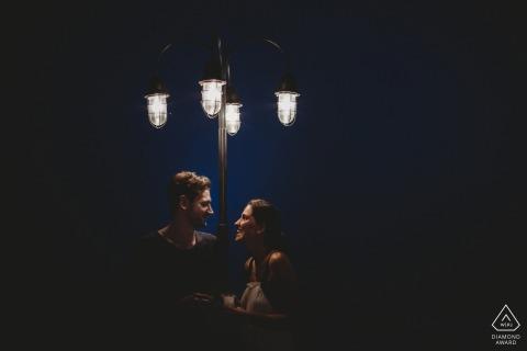 Unter der Straßenbeleuchtung plaudern - Mersin Engagement Photoshoot with Couple