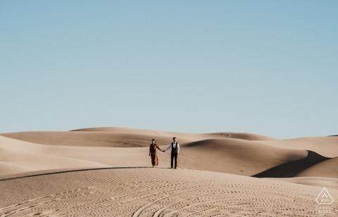 Nur wir in schöner Aussicht - Arizona Engagement Foto in der Wüste