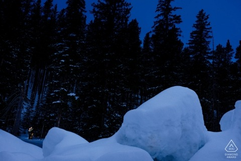 Nella foresta per una foto di fidanzamento invernale appena fuori Breckenridge, CO.