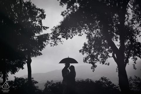 Séance de fiançailles Portrait Portrait - Photo de fiançailles Frosinone avec un couple, un parapluie, des arbres et une vue