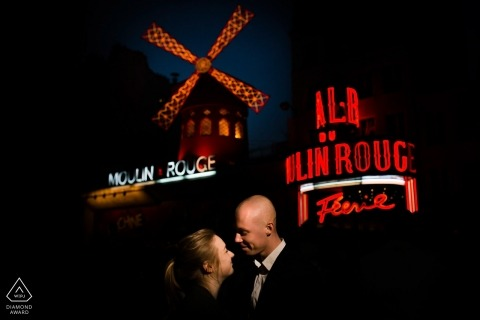 Loveshoot à Paris la nuit avec un couple