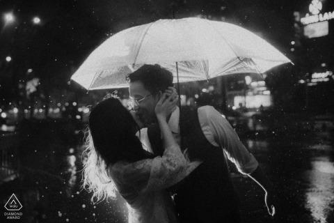 engagement foto in Ho Chi Minh stad Vietnam in de regen met paraplu