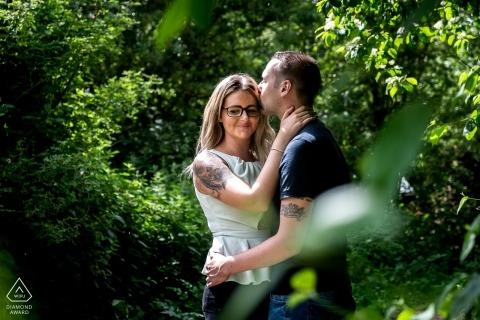 East Midlands Engagement Foto eines Paares in sonnigen Bäumen