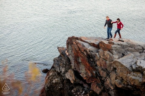 Couple sur des falaises - Rhode Island Engagement Photo