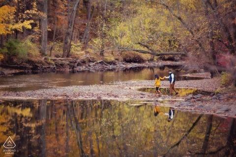 Fotografía de compromiso de otoño de Nueva Jersey en el agua