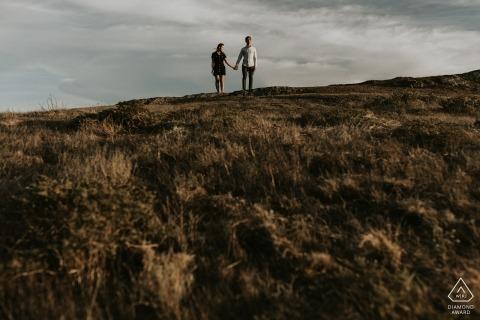 Portret zaręczynowy para trzymając się za ręce na wzgórzach San Francisco