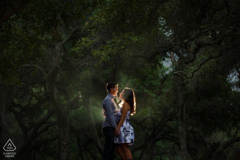 Romance Under the Rain in de California Trees - Engagement Photos