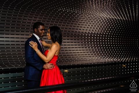 Betrokkenheidssessie in een rode jurk in de National Portrait Gallery in DC