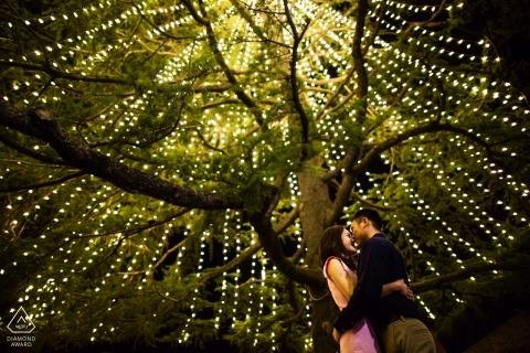 Amor debajo de las iluminaciones de Navidad - Fotografías de compromiso de California