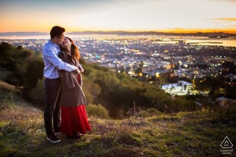 Acaban de calentar el aire fresco de la noche: fotos de compromiso de California con vistas a las luces de la ciudad