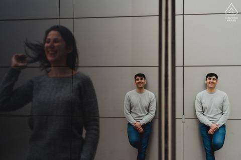 Pre-huwelijkssessie in Madrid met geweldige reflecties van een stel dat glas gebruikt