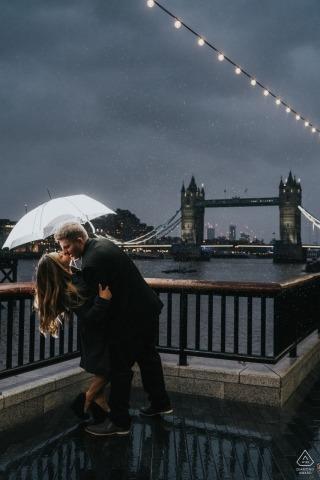 Tower Bridge, London England | Paare, die im Regen nahe Turmbrücke küssen