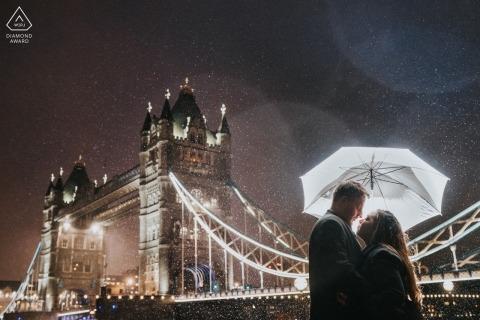 Paar in de Regen dichtbij torenbrug - de verlovingssessie van Londen van de Torenbrug