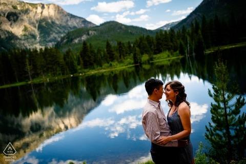 Coppia incorniciata in un lago di montagna vicino a Copper Mountain in Colorado - Engagement Session