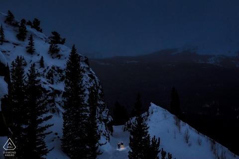 Spacer po drodze Boreas Pass na zimową sesję zaręczynową w Breckenridge, CO.