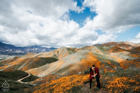 "De ""hoge"" kus - California Engagement Photography in the Mountains"