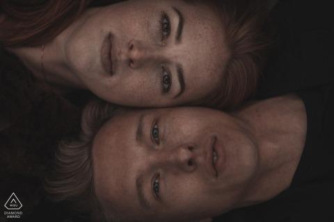 Foto-opname met Dinand-engagement | Speciaal portret van paar dat naast elkaar legt.