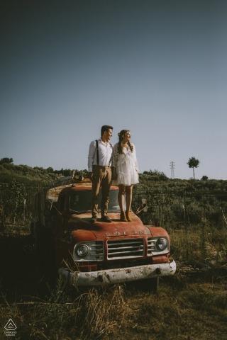 Séance de portrait de fiançailles Mersin / Turquie - l'amour sur un Bedford - camion abandonné dans un champ ouvert