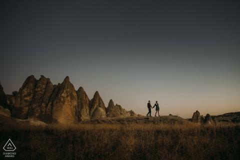 Cappadoce pré-mariage portraits d'un couple marchant dans les livres d'histoire
