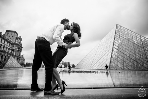louvre paris engagement photos | a kiss and a dip | Black and white pre-wedding photography
