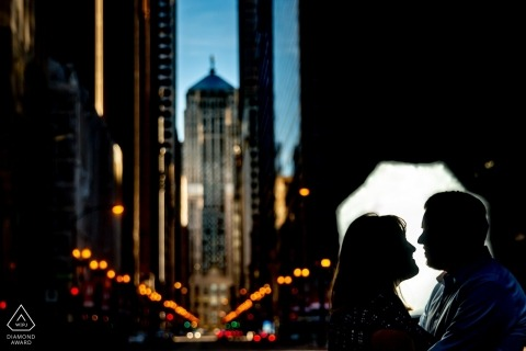 chicago engagement photos - board of trade silhouet portret van een stel