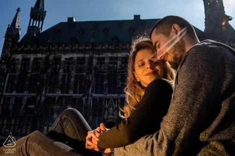 Deutschland Vorhochzeitsfotograf - Liebhaber an einem sonnigen Tag in Aachen