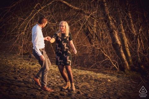 wandelen aan de rand van de rivier, met mooi laag licht, gemaakt in februari van dit jaar, met een leuk stel | Fort Sabina Heijningen engagement fotografie