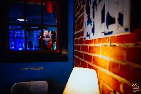 Edmonton, AB, Kanada Verlobungsporträtfotograf - Küssen im Innencafé