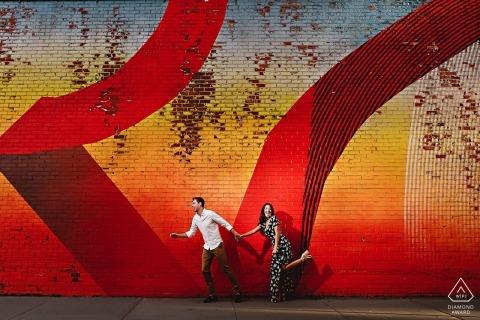 DUMBO-paar die samen tijdens hun portretzitting van de pre-huwelijksovereenkomst lopen