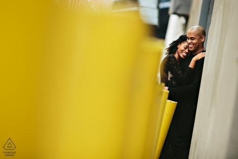 DUMBO-paar dat samen koestert tijdens hun verlovingsessie vóór de bruiloft