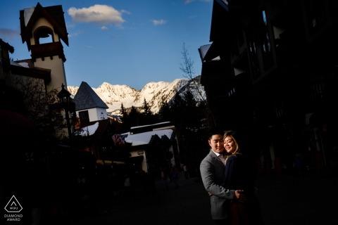 Zdjęcie portretowe z centrum Vail Colorado z Gore Range oświetlone ostatnimi kawałkami światła podczas sesji tej pary.