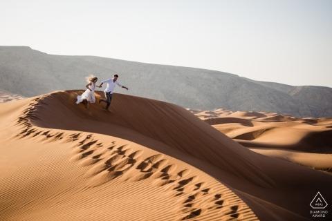 Fossil Rock, Dubai Fotos von Verlobungen vor der Hochzeit | Laufen die Dünen hinunter