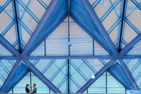 Ein Paar teilt einen stillen Moment auf der obersten Ebene der Galerie - National Gallery of Art East Wing Engagement Portraits