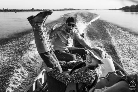 Pre-wedding portretten in Pantanal, Mato Grosso do Sul, Brazilië engagement Foto's op een kleine motorboot