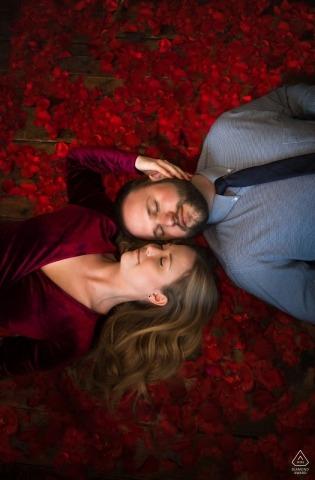 Fargo, sesja portretów zaręczynowych w Północnej Dakocie - para odpoczywa razem w barze Wild Terra Cider Bar otoczonym płatkami róż