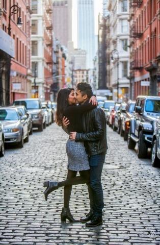 Portrety przedślubne w Nowym Jorku i Nowym Jorku - nowo zaręczona para cieszy się chwilą na ulicach Nowego Jorku.