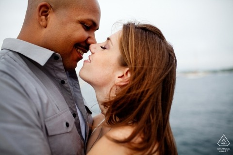 Verlobungsporträtsitzung Newports, Rhode Island - vertrautes Paar nahe Ozean