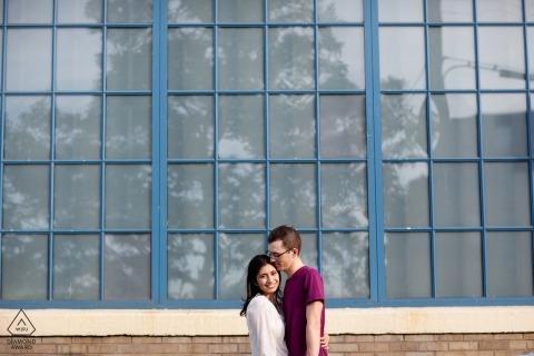 Providence, RI koppelen tegen raam tijdens hun verlovingsportret sessie met een RI, NY, VT, MA, NH en CT trouwfotograaf.