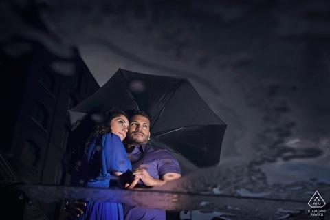 St Katherine's Dock, portraits de fiançailles britanniques avec pluie et parapluie partagé