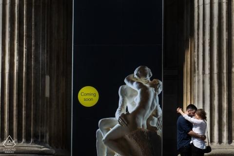 Londres, Royaume-Uni portraits pour fiancés Couple devant une autre sculpture de couple grec