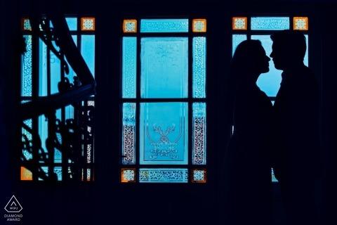 Photos d'engagement de Prague, République tchèque | silhouette créative d'un couple contre les vitraux