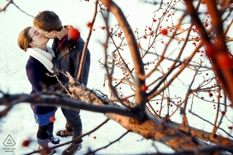 Tenney Park,麥迪遜,威斯康星州婚禮前的肖像畫 這對訂婚的夫婦在門多塔湖(Lake Mendota)的白雪皚皚的防波堤上行走時需要一點時間親吻。