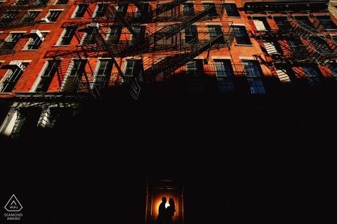 SOHO NYC Vorhochzeit Verlobungssitzung - Silhouette eines Paares im Schatten