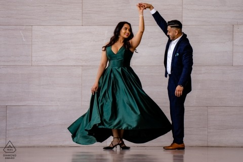 Séance de photo de fiançailles avec un couple dansant en tenue de soirée du Musée des beaux-arts