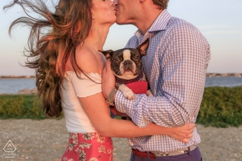 Nantucket Island Engagement Session mit einem Hund am Strand