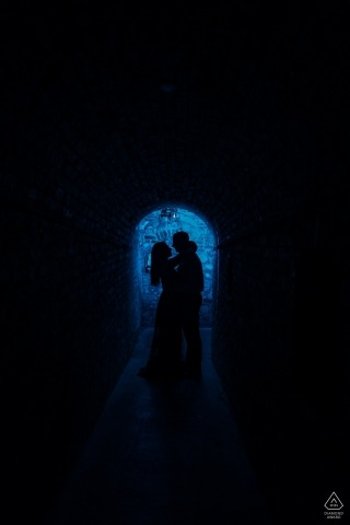 Napa Valley engagement photo shoot - Diep in het blauwe silhouet verticaal