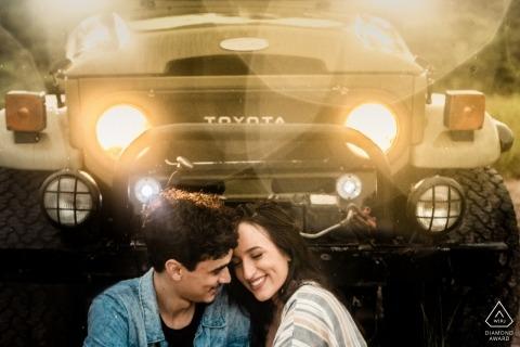 Macae Pre-huwelijksportretten van een paar die vóór een Toyota-weg SUV zitten
