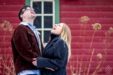 Rustic Oaks, Moorhead, Minnesota zdjęcia zaręczynowe | łapią płatki śniegu na swoich językach